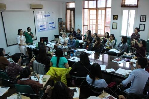 Chị Nazik Nasser cùng các học viên tham gia hoạt động xây dựng mạng lưới hỗ trợ cho phụ nữ