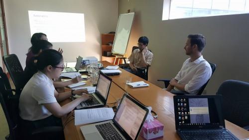 Phỏng vấn các chuyên gia và cán bộ phụ trách chương trình tại Văn phòng tổ chức Fhi360 Việt Nam
