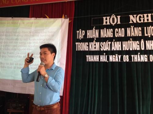 Anh Lê Anh Sơn, Cán bộ trung tâm GreenID giới thiệu cho các cán bộ xã những giải pháp năng lượng bền vững cấp cộng đồng