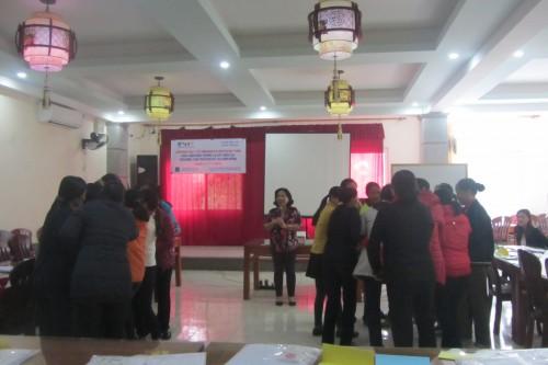 Một buổi đào tạo cho cán bộ y tế xã, thôn và hội viên hội phụ nữ