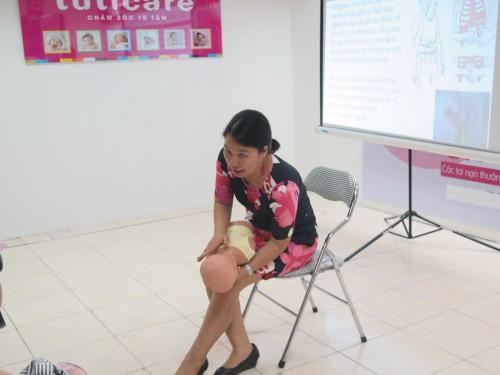 ThS. Trần Thị Thu Hà từ phòng khám cây thông xanh hướng dẫn kỹ năng sơ cấp cứu trên búp bê chuyên dụng