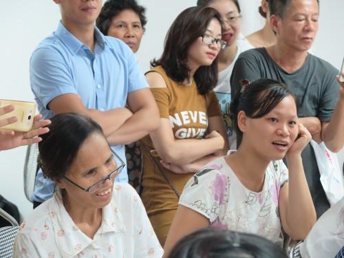 Các ông bố, bà mẹ hào hứng quan sát phần thực hành trên búp bê sơ cấp cứu