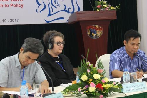 Ông Trần Đăng Khoa, Phó Vụ trưởng Vụ sức khỏe Bà mẹ và Trẻ em (Bộ Y tế), TS. Trần Tuấn (Giám đốc Trung tâm RTCCD) và GS. Jane Fisher (ĐH Monash) chủ trì Hội thảo