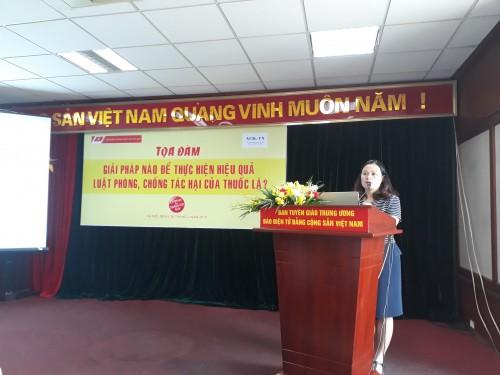 ThS. Nguyễn Thị Thu Hương, đại diện Quỹ Phòng chống tác hại thuốc lá (Bộ Y tế) trình bày về tình hình thực hiện Luật PCTHTL