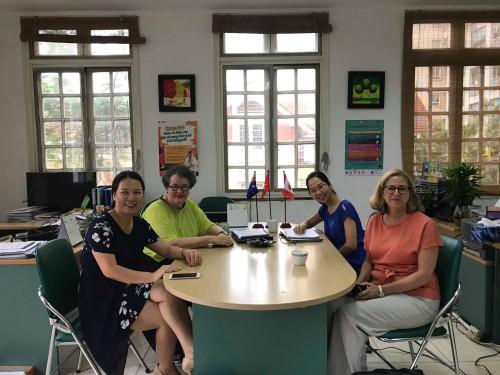 Giáo sư Jane Fisher (áo xanh bên trái), Chuyên gia kinh tế Julie McDowell (áo cam bên phải) và Ths Trần Thu Hà - PGĐ RTCCD (ngồi cạnh giáo sư Jane