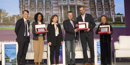 Bà Sawsan Jafar, Chủ tịch Tổ chức Những người bạn của bệnh nhân ung thư (Friends of patient cancers) và Ông Todd Harper, Chủ tịch Liên minh NCD.toàn cầu đã trao giải thưởng cho NCDs-VN