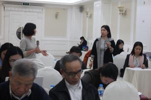 """Bà Hoàng Thu Hà, đại diện Mạng lưới hỗ trợ bệnh nhân ung thư vú """"Phụ nữ kiên cường"""" (ảnh trái)"""