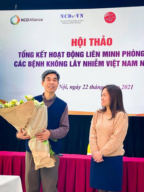Bà Đoàn Thu Huyền, Giám đốc Tổ chức CTFK tại Việt Nam tặng hoa cho TS. Trần Tuấn