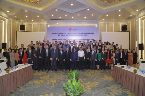 Các đại biểu tham dự chụp ảnh lưu niệm